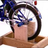 велостанок на деревянной подставке