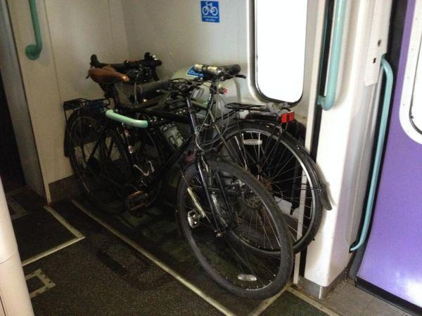 Размещение велосипедов в тамбуре поезда