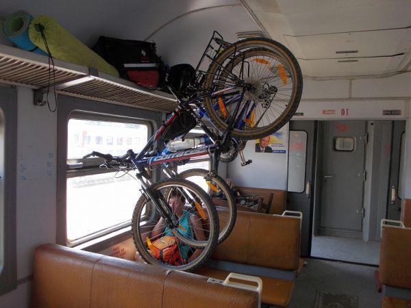 Размещение велосипеда вертикальным способом в поезде